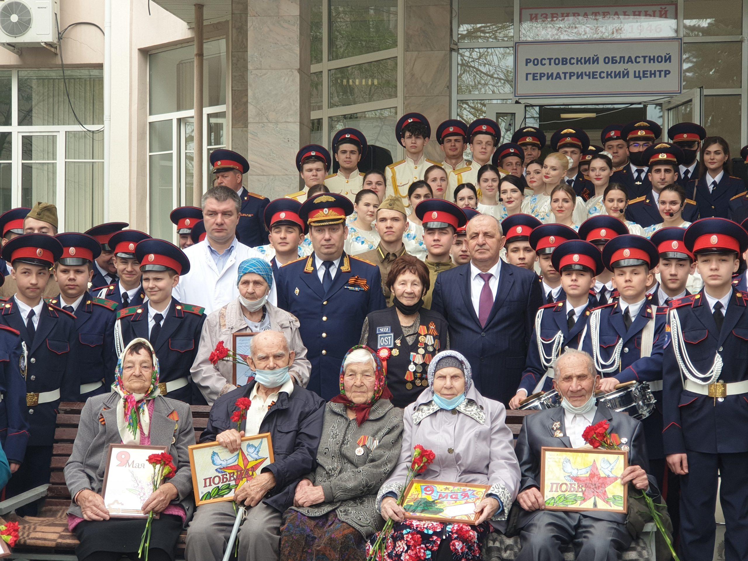 Кадеты поздравили ветеранов Великой Отечественной войны с наступающим праздником Победы